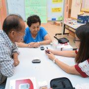 Service user doing blood test 服務使用者進行血液測試