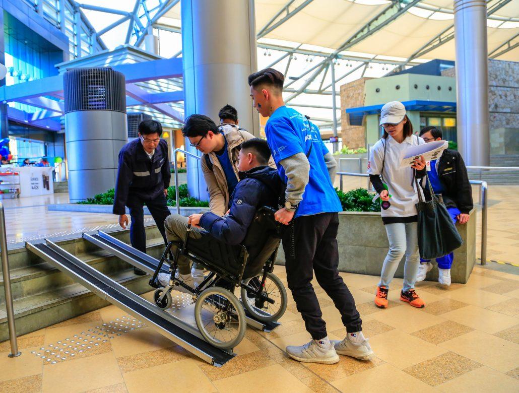 矇眼輪椅遊 體驗無障礙設施