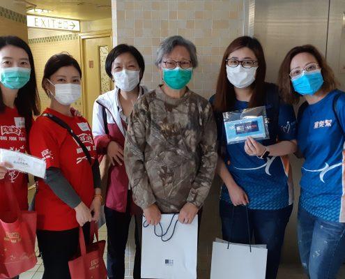 鴻福堂及香港寬頻義工隊探訪患有糖尿病的凌女士。凌女士家中只剩下約十個口罩,之前更 需要重複使用口罩才能外出,因此收到防疫物資後可暫時鬆一口氣。