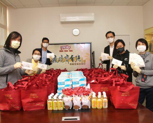 鴻福堂總經理兼執行董事司徒永富先生 左一 與義工隊一起包裝「草本保健包」,希望能盡快 送到有需要人士手上。