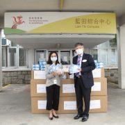 瑞林國際合作有限公司行政總裁張憲林先生(右)親自將2萬個口罩及1000支消毒酒精噴霧送抵香港復康會,香港復康會總裁梁佩如博士(左)代表接收。
