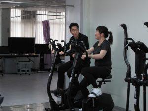 丁子朗與中風復康人士Bonnie於健身室做運動