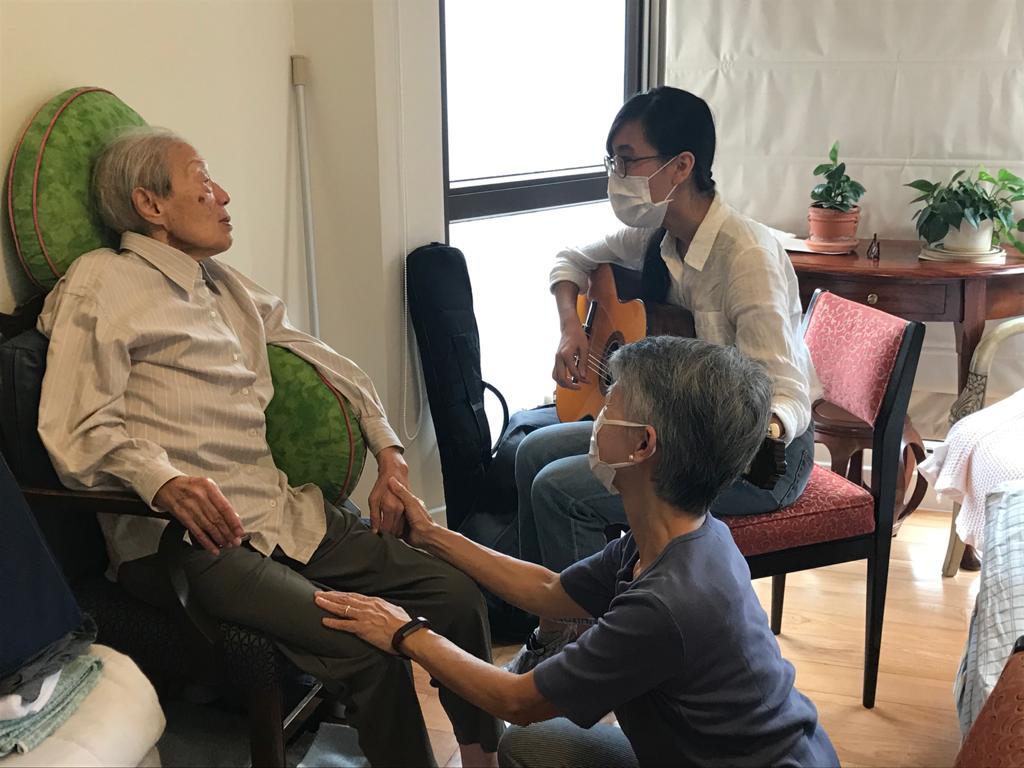 在復康會的安排下,蔡婆婆(左)接受音樂治療,終於睜開雙眼,與治療師(右上)四目交投。