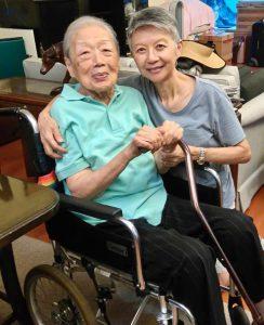 Bonnie(右)珍惜和媽媽(左)相處的日子,亦非常感謝復康會沿途向她們提供的協助。